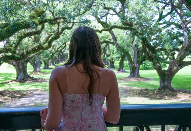 woman-on-oak-alley-plantation-balcony